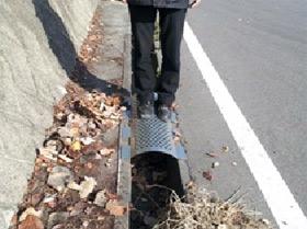 高速道路関連施設のアーチ型鋼製穴あき水路蓋(パンチングカバー)の施工例