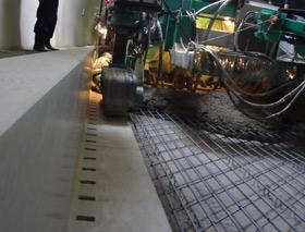 トンネル内における監視員通路縦壁付くけい水路とスリップフォーム舗装の組み合わせによる施工例