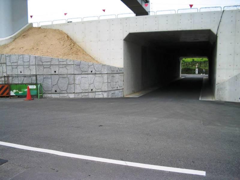 高速道路での直壁タイプの施工例