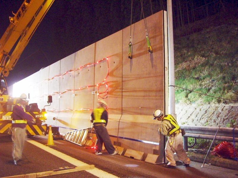 車道と工事区域を分離する防護壁の施工例