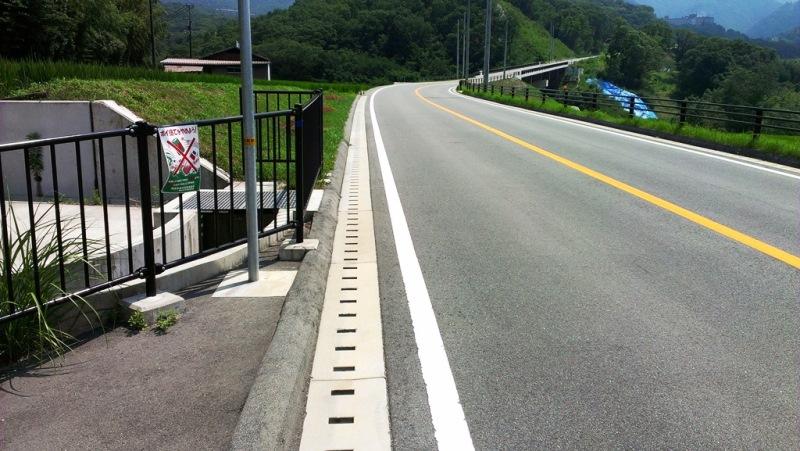 道路におけるくけい水路の施工例