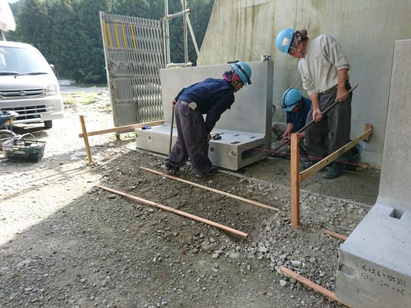 監視員通路縦壁付くけい水路の施工例