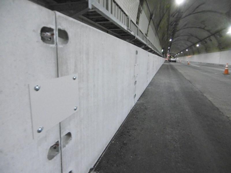 トンネル内配管防護ブロックの施工例