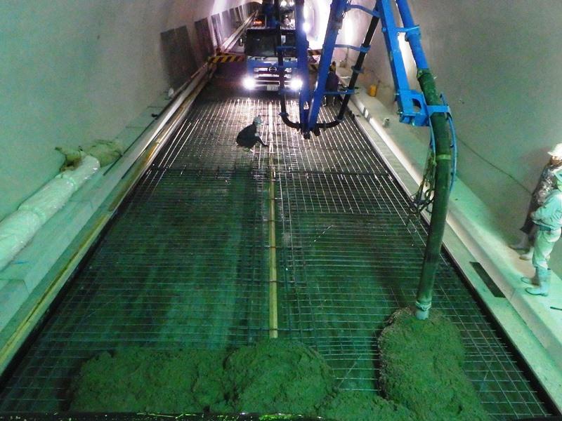 コンクリートポンプ車での材料供給によるスリップフォーム工法コンクリート舗装の施工例