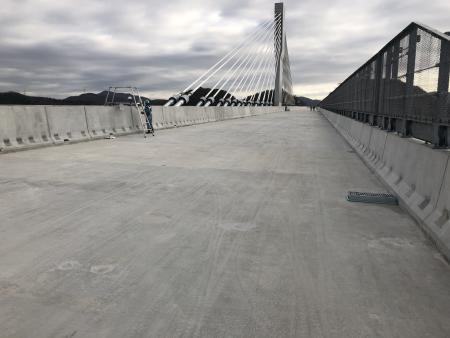 橋梁部でのプレキャスト壁高欄の施工例
