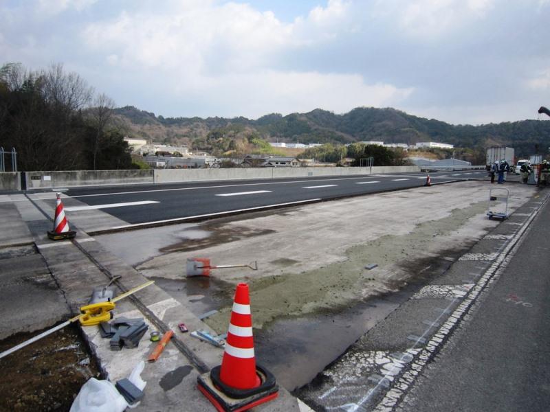 4車線化工事内内運用時のプレキャストガードフェンスの施工例