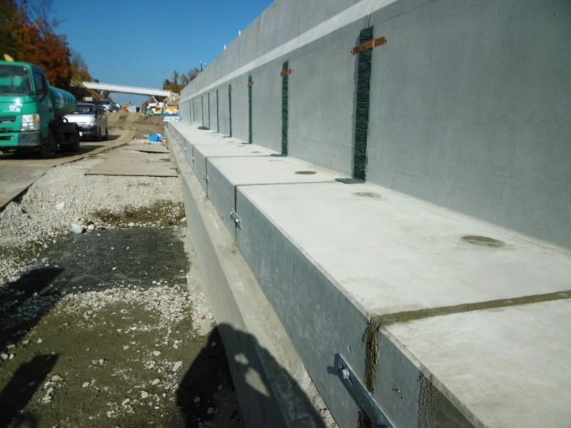 ハレーサルト仕様のL型剛性防護柵の施工例