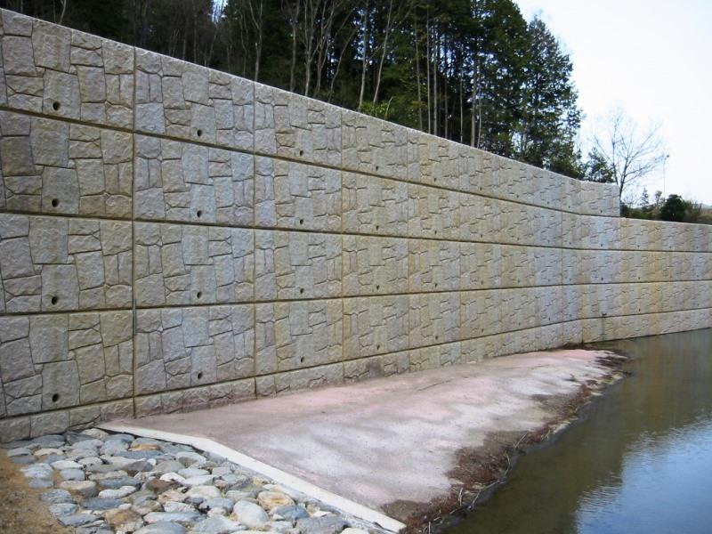 調整地内での擁壁としての施工例(表面着色化粧)