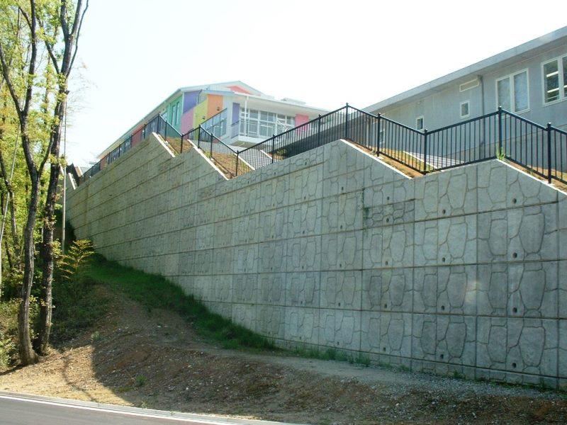 施設内での擁壁としての施工例