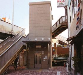 プレキャストPCエレベーターシャフトの歩道橋での施工例