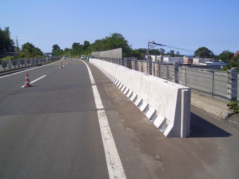 高速道路関連施設の壁高欄の施工例