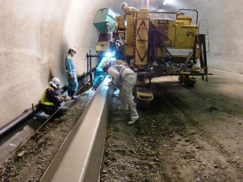 金山バイパス旗護山トンネル舗装工事