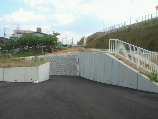 逆使いの道路用L型擁壁の施工例