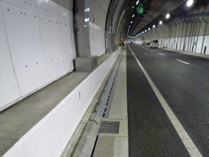 シールドトンネルでの円型水路の施工例