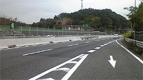 道路における中央分離帯コンクリート防護柵の施工例