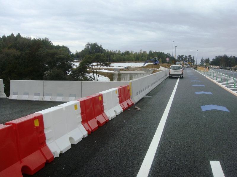 道路における壁高欄(仮設)の施工例