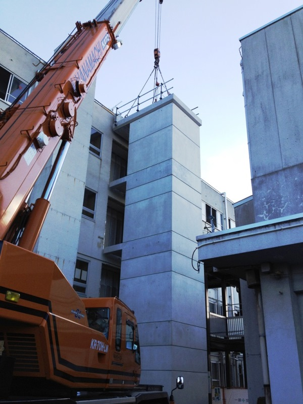プレキャストPCエレベーターシャフトの学校での施工例