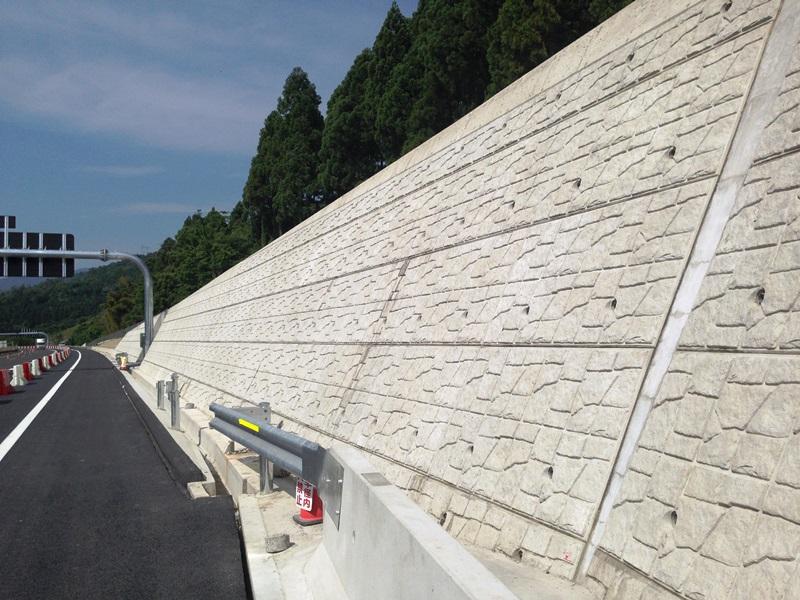 大型ブロック積擁壁(どっきんくん)の施工例