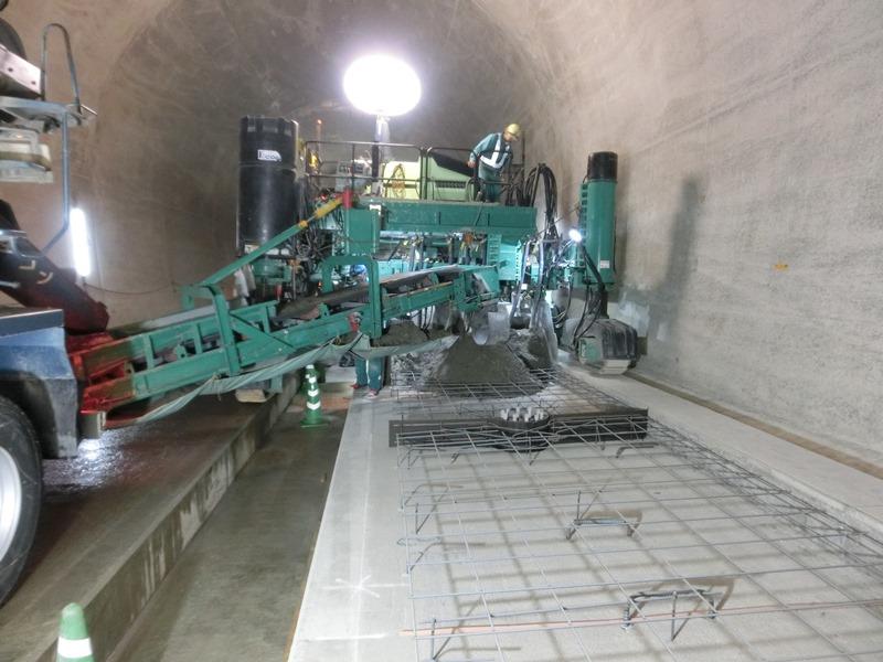 スリップフォーム工法の長崎新幹線路盤鉄筋コンクリートの施工例
